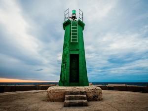 Postal: Un faro verde en el puerto de Denia, España