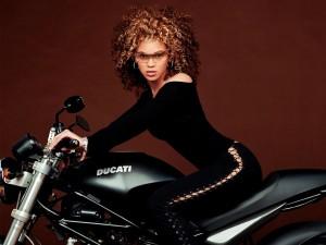Postal: Beyoncé en una Ducati
