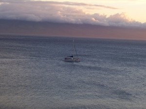 Postal: Yate surcando las aguas del mar