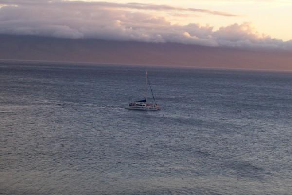 Yate surcando las aguas del mar