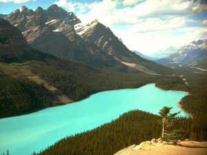 Postal: Lago con aguas azules verdosas
