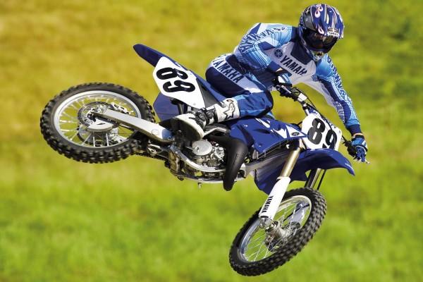 Gran salto de un piloto de motocross