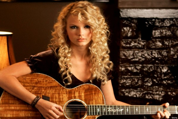 Taylor Swift tocando la guitarra