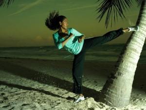 Entrenamiento nocturno de artes marciales en la playa