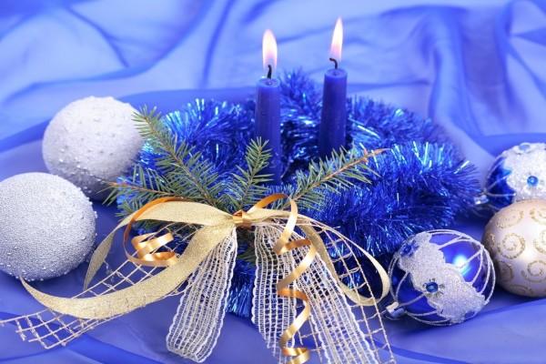 Bolas y velas para adornar en Navidad