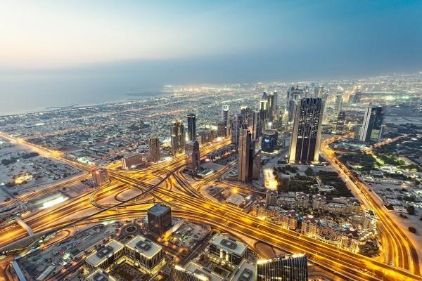 Arterias de luz en la ciudad