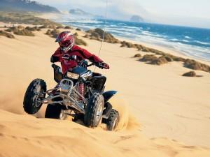Postal: Conduciendo un quad por la playa