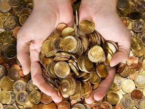 Con las manos llenas de monedas