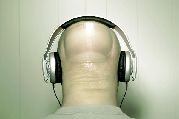 Un dedo escuchando música