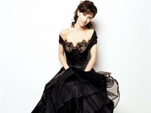 La actriz Jennifer Love Hewitt con un vestido negro de encaje