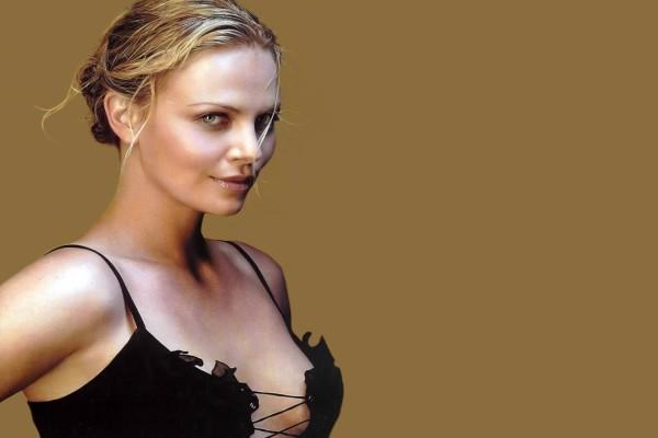 Charlize Theron con escote
