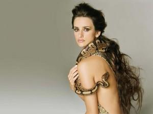 Postal: Penélope Cruz con una serpiente