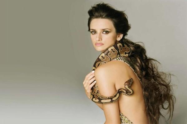 Penélope Cruz con una serpiente