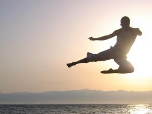 Postal: Patada de karate en la playa