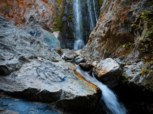 Postal: Cascada entre las rocas