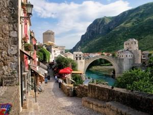 Puente de Mostar sobre el río Neretva (Mostar, Bosnia y Herzegovina)