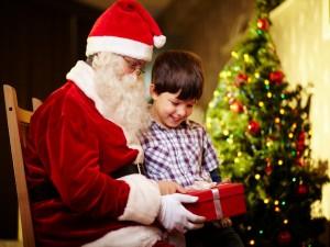Santa Claus dando a un niño su regalo de Navidad