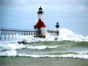 El huracán Sandy llegando al faro en el muelle norte en Saint Joseph (Michigan)