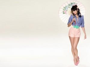 Katy Perry con un paraguas oriental