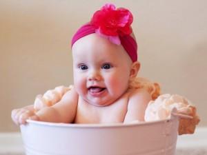 Bebé sentada en un barreño