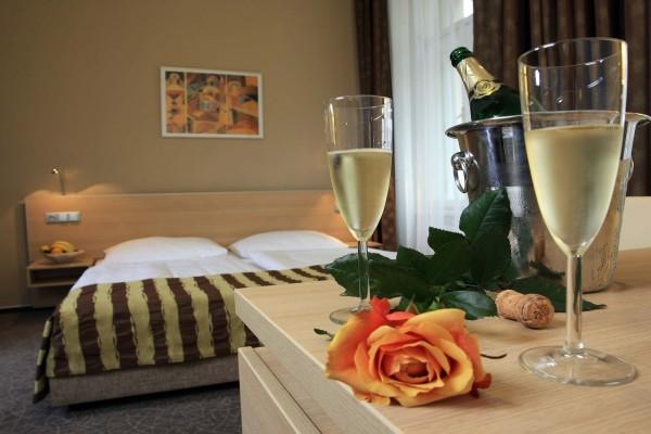 Dos copas de champán y una rosa