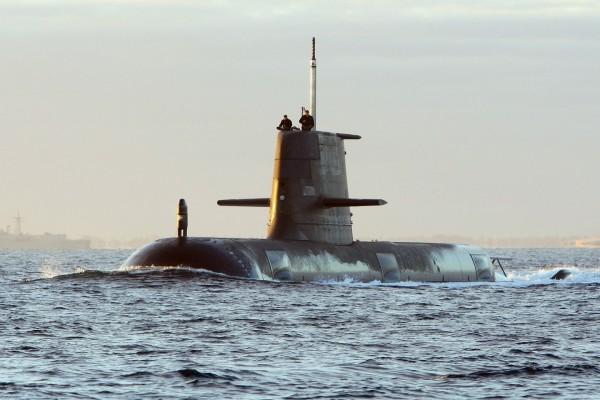 Submarino emergiendo del mar