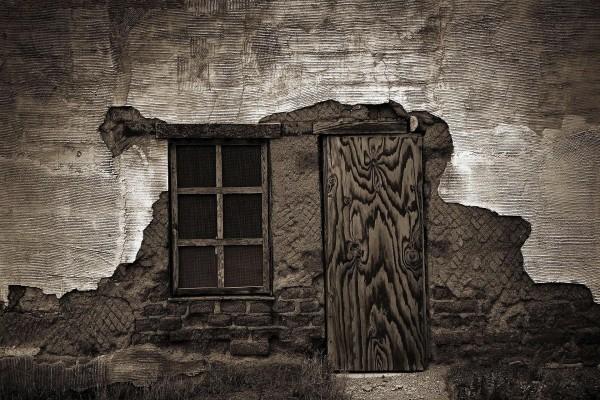 Fachada de una casa en ruinas, en Tucson, Arizona