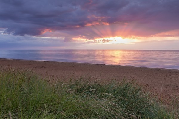 El sol bajo las nubes en una playa de Hunstanton, en la costa de Norfolk, Inglaterra