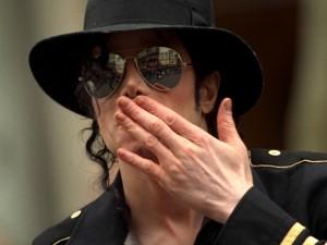 Michael Jackson lanzando un beso a sus fans