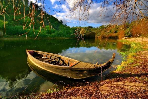 Barquita en la ribera del río