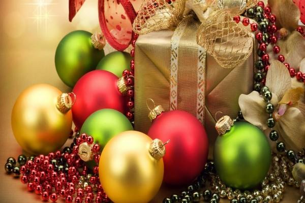 Regalo de Navidad y bolas de colores