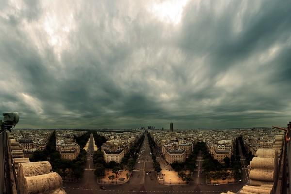 Cielo tenebroso desde el Arco del Triunfo (París)