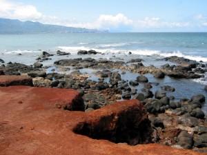 Postal: Una playa rocosa en Maui (Islas Hawái)