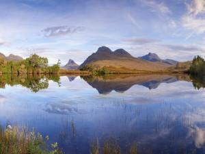 Laguna reflejando el paisaje