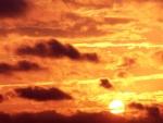 Nubes oscuras en un cielo de fuego