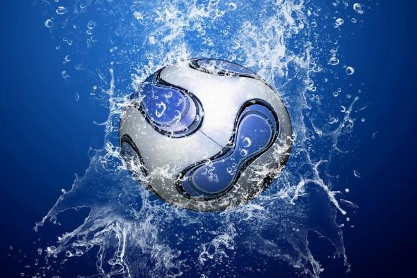 Balón de fútbol cayendo al agua