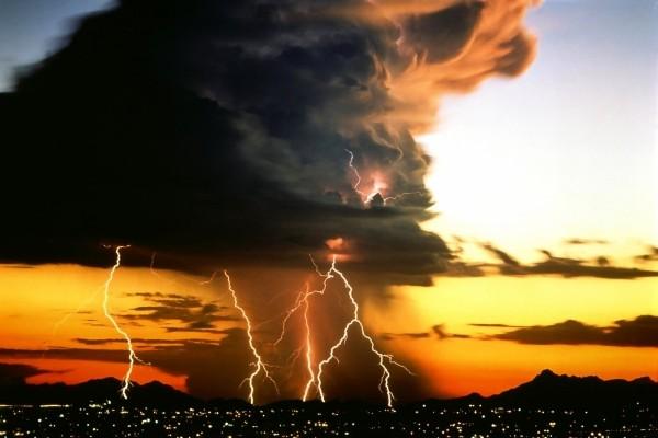Tormenta de rayos sobre la ciudad