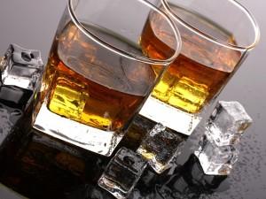 Dos vasos con whisky y cubitos de hielo