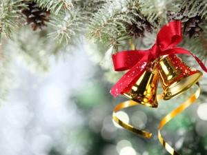 Postal: Campanitas doradas colgadas de un pino de Navidad