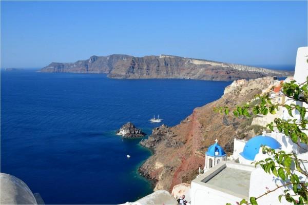 Aguas azules en la Isla de Santorín (o Santorini), Grecia