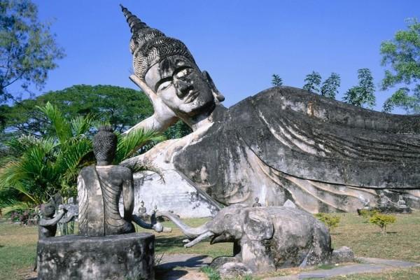 Buda tumbado en el Parque Buda (Vientián, Laos)