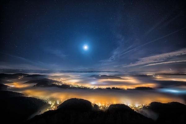 Luces de la ciudad en la noche
