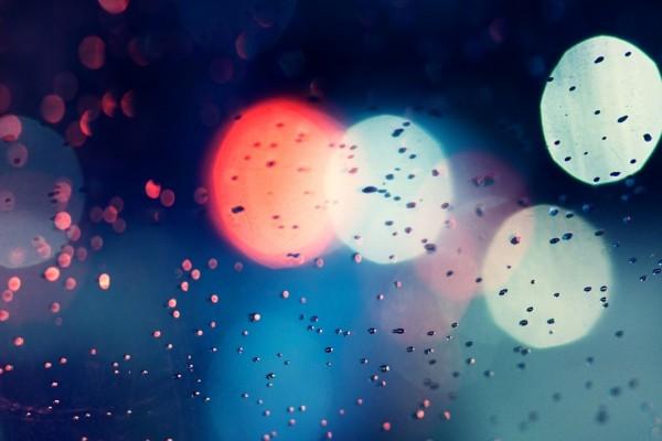 Reflejos de luz y gotas de agua
