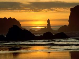 Atardecer dorado en la playa