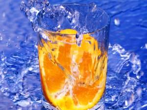 Postal: Naranja en un vaso de agua
