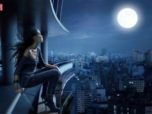 Postal: Chica Levi's mirando la luna