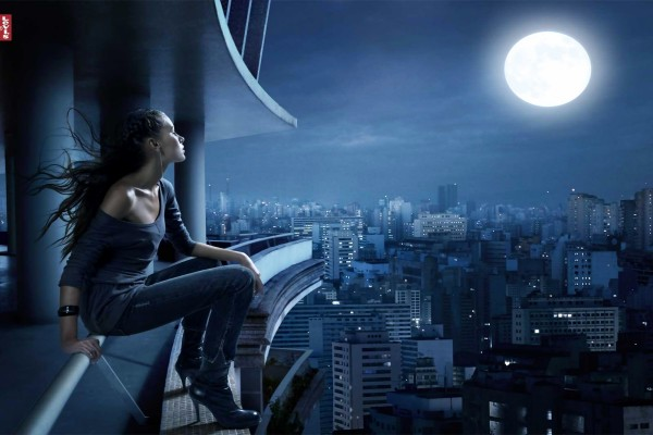 Chica Levi's mirando la luna