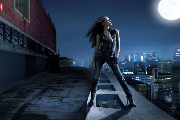 Chica Levi's en el tejado, en una noche de luna llena