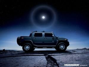 Vehículo Hummer en una noche estrellada