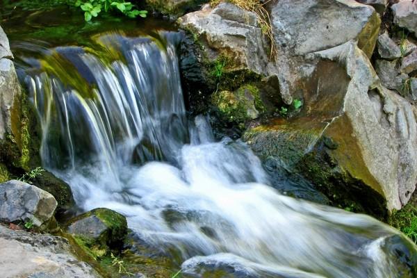 Agua corriendo por la cascada